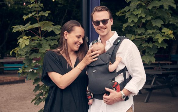 Woman and man where the man carries a baby in a Najell Easy Baby Carrier