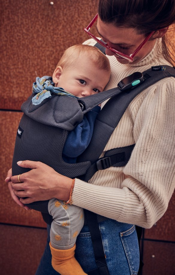 Woman carrying a baby in a Najell Easy
